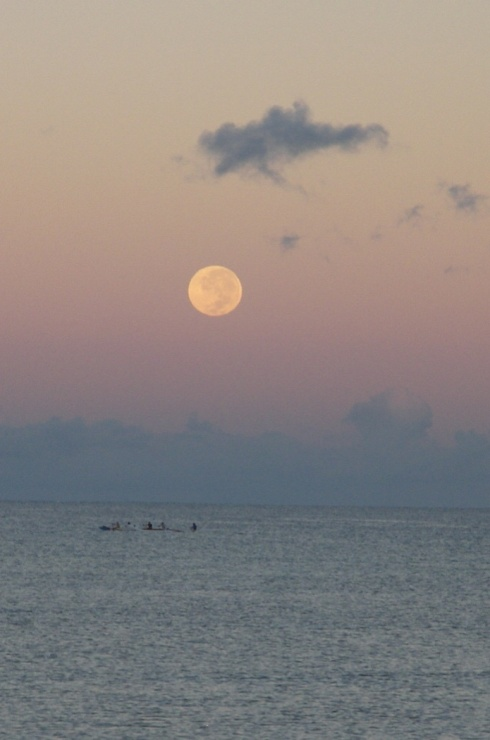 Moonset Waipuilani beach